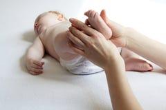 Masaje Shantala del pie del bebé Foto de archivo
