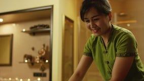 Masaje tailandés en el balneario almacen de video