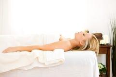 Masaje: Vista lateral de la mujer lista para el masaje Foto de archivo libre de regalías