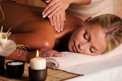 Masajista profesional que hace el masaje de la hembra Fotografía de archivo