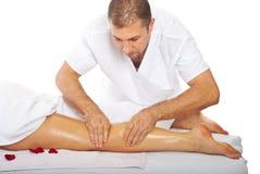 Masajista que da masaje anti de la pierna de las celulitis Fotos de archivo