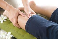 Masajista que da a paciente de la señora un masaje de la pierna. Fotos de archivo libres de regalías