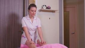 Masajista que hace el masaje de los pies almacen de metraje de vídeo