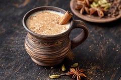 Masala拉扯了茶柴拿铁自创热的印地安鲜乳加香料的饮料,姜,新鲜的香料,并且草本混和 库存照片