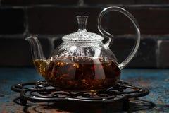 Masala в стеклянном чайнике на темной предпосылке, крупный план чая Стоковые Фото