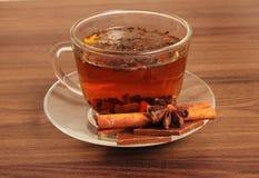 Masala chai choklad med kryddor och stjärnaanis, kanelbrun pinne, pepparkorn, på säcken och träbakgrund Royaltyfri Foto