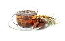 Masala chai choklad med kryddor och stjärnaanis, kanelbrun pinne, pepparkorn, på säcken och träbakgrund, tappningfärgsignal Royaltyfri Fotografi