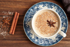 Masala Chai herbacianego latte tradycyjny gorący Indiański słodki mleko z pikantność, cynamonowy kij, ziele miesza organicznie in zdjęcie stock