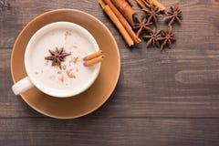 Masala chai med kryddor kanel, kardemumma, ingefära, kryddnejlika och s arkivbild