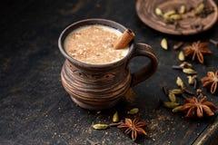Masala ciągnął herbacianego Chai latte słodkiego mleka gorącego Indiańskiego spiced napój, imbir, świeże pikantność i ziele miesz Zdjęcie Stock