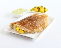 Masala Dosa用椰子酸辣调味品和土豆咖喱 免版税库存照片