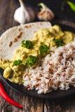 Masala fatto a mano di tikka del curry del pollo con riso basmati su di legno Fotografia Stock
