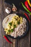 Masala fatto a mano di tikka del curry del pollo con riso basmati su di legno Immagini Stock