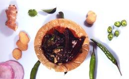 Masala frito de la mostaza - thalitham- con el jengibre, las hojas frías, de la cebolla y del coriandro verdes fotografía de archivo