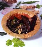 Masala frito de la mostaza - thalitham- con el jengibre, las hojas frías, de la cebolla y del coriandro verdes foto de archivo