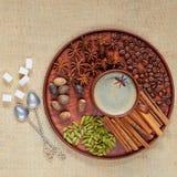 Masala herbata z różnorodnymi pikantność na brown talerzu: cynamon, nutmeg, kardamon, anyż gra główna rolę Aromatyczna kawa z ind fotografia royalty free