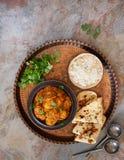 Masala van kippentikka met naan brood en pilaurijst wordt gediend die Royalty-vrije Stock Foto's