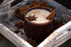 Masalathee in de donkere ceramische mok op houten dienblad Royalty-vrije Stock Afbeelding