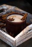 Masalathee in de donkere ceramische verticale mok, Stock Afbeeldingen