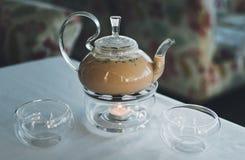 Masalathee in een transparante theepot stock afbeelding