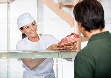 Masarka Sprzedaje Świeżego mięso klient Zdjęcie Stock