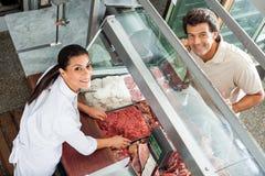 Masarki sprzedawanie Minced mięso Męski klient Zdjęcie Royalty Free