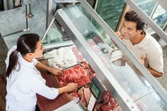 Masarki sprzedawanie Minced mięso Męski klient Fotografia Royalty Free