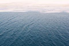 Masas de hielo flotante de hielo agrietadas en un océano congelado Fotografía de archivo libre de regalías