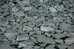Masas de hielo flotante de hielo disidentes que flotan en agua abierta Fotografía de archivo