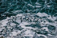 Masas de hielo flotante de hielo disidentes que flotan en agua abierta Foto de archivo libre de regalías