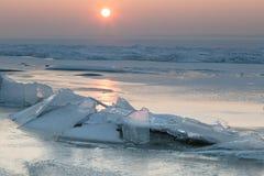 Masas de hielo flotante de hielo en el lago congelado Foto de archivo