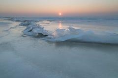 Masas de hielo flotante de hielo en el lago congelado Fotos de archivo libres de regalías