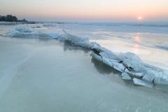Masas de hielo flotante de hielo en el lago congelado Fotografía de archivo