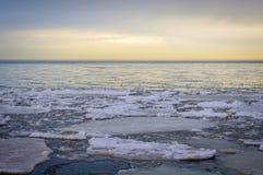 Masas de hielo flotante de hielo en el lago Erie en la salida del sol Fotos de archivo libres de regalías
