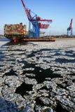 Masas de hielo flotante de hielo en la terminal de contenedores de Hamburgo Fotografía de archivo libre de regalías