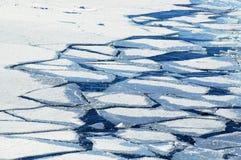 Masas de hielo flotante de hielo machacadas Imagen de archivo libre de regalías