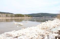 Masas de hielo flotante desechadas en la orilla del río Kahn Imágenes de archivo libres de regalías