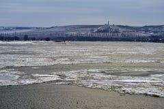 Masas de hielo flotante en el Danubio Fotografía de archivo