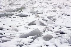 Masas de hielo flotante de hielo en el río fotografía de archivo libre de regalías