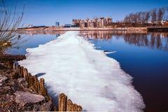 Masas de hielo flotante de hielo en un río/un arroyo hivernal Invierno en la ciudad foto de archivo libre de regalías