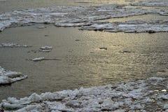 Masas de hielo flotante enormes en el Danubio Imagenes de archivo