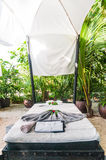 Masażu łóżko plażą Fotografia Stock