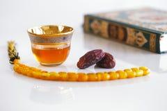 Masbaha, Quran, arabischer Tee und getrocknete Daten sind Symbole von Ramadan Lizenzfreies Stockfoto