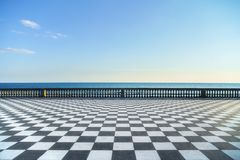 Mascagni Terrazza大阳台和海港入口在日落 Livorn 免版税库存照片