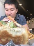 Mascando um Hamburger suculento Fotos de Stock