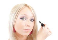mascara κοριτσιών βάζει Στοκ φωτογραφία με δικαίωμα ελεύθερης χρήσης