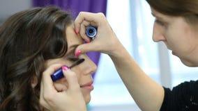 Mascara που εφαρμόζει την κινηματογράφηση σε πρώτο πλάνο, μακροχρόνια μαστίγια Mascara βούρτσα Επεκτάσεις Eyelashes απόθεμα βίντεο