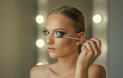 Mascara χρήσης Makeup πρότυπη applicator βούρτσα Η γυναίκα Makeup εφαρμόζει mascara στα eyelashes, κοιτάζει Στοκ Φωτογραφία