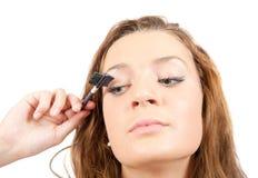 mascara девушки кладет Стоковая Фотография