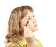 mascara девушки кладет Стоковое Фото